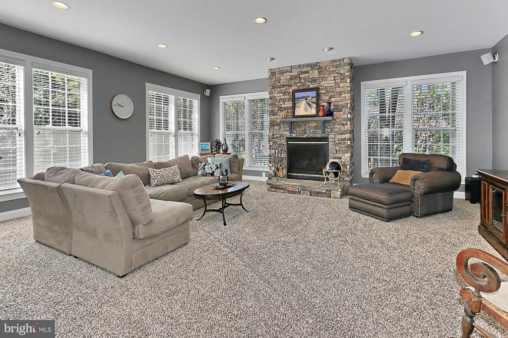 Large family room with gas fireplace - 43937 RIVERPOINT DR, LEESBURG