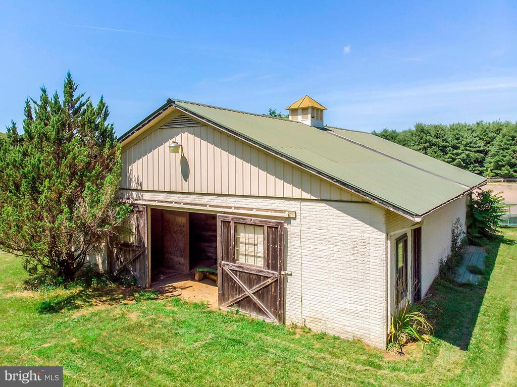 Second Barn with 6 Stalls - 15012 CLOVER HILL RD, WATERFORD