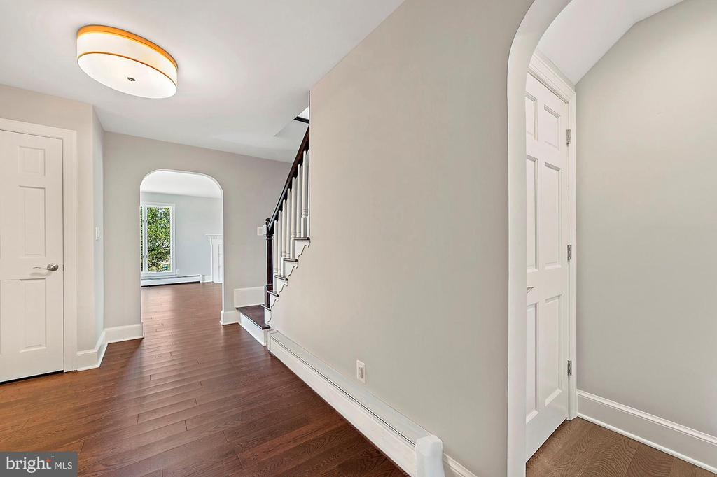 Gracious foyer welcomes guests - 15012 CLOVER HILL RD, WATERFORD