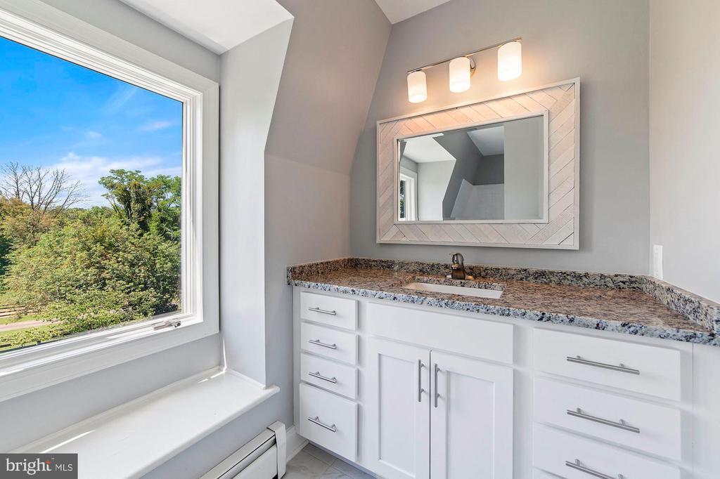 Hall Bathroom - 15012 CLOVER HILL RD, WATERFORD
