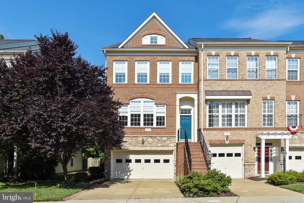 Brick front end towne with 2 car garage - 21935 WINDY OAKS SQ, BROADLANDS