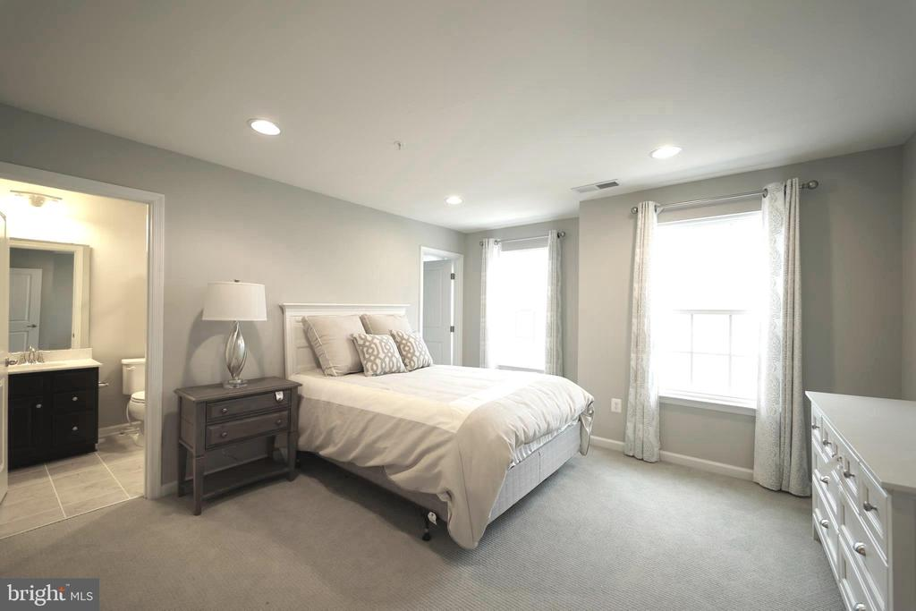 Bedroom with full bath - 2 GAVER WAY, MIDDLETOWN
