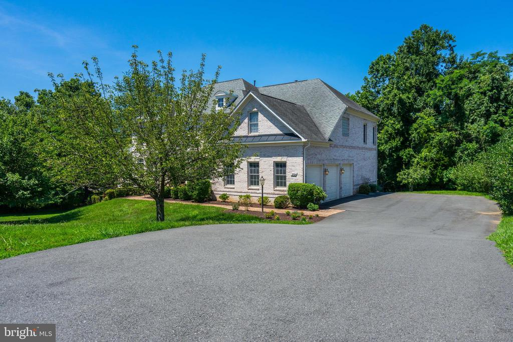 Drive Way + Attached 3 Car Garage - 2924 FOX MILL MANOR DR, OAKTON