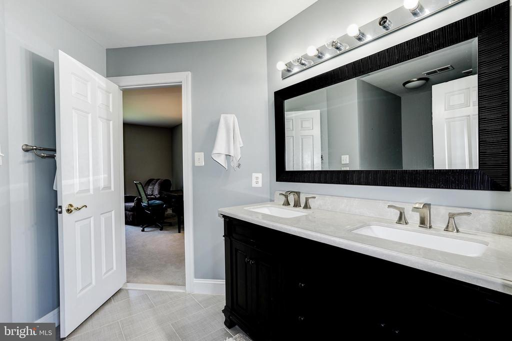 Guest bathroom - 2924 FOX MILL MANOR DR, OAKTON
