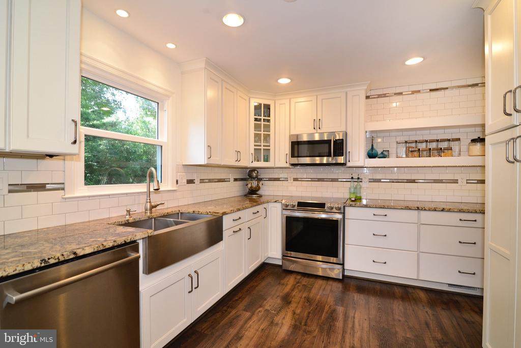 Look at that Apron Sink! - 3229 AUTUMN HILL CT, HERNDON