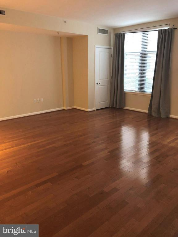Generous Living Space - 1021 N GARFIELD ST #118, ARLINGTON