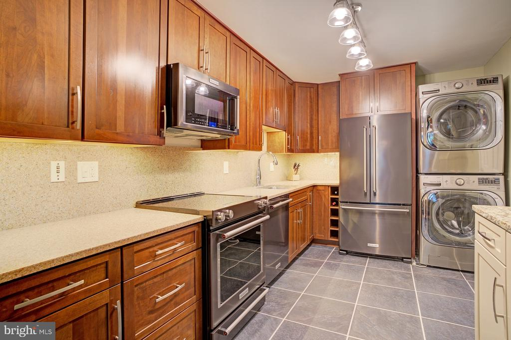 Custom kitchen, high end cabinets and appiances - 8370 GREENSBORO DR #118, MCLEAN