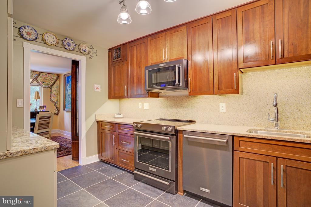Gorgeous counters and tile work - 8370 GREENSBORO DR #118, MCLEAN