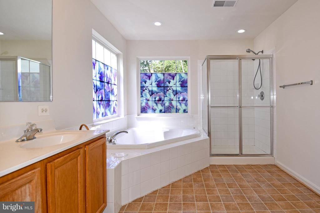 Master Bathroom - 15004 LUTZ CT, WOODBRIDGE