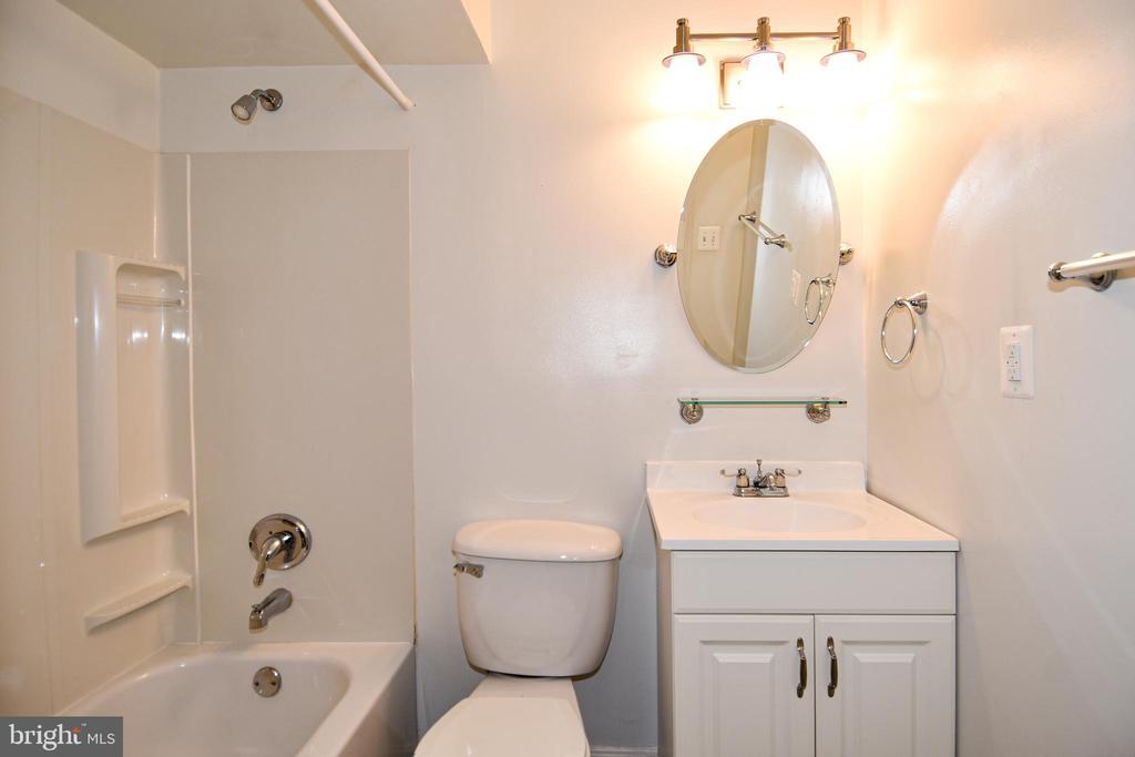 Full Bath 2- Lower Level - 15004 LUTZ CT, WOODBRIDGE