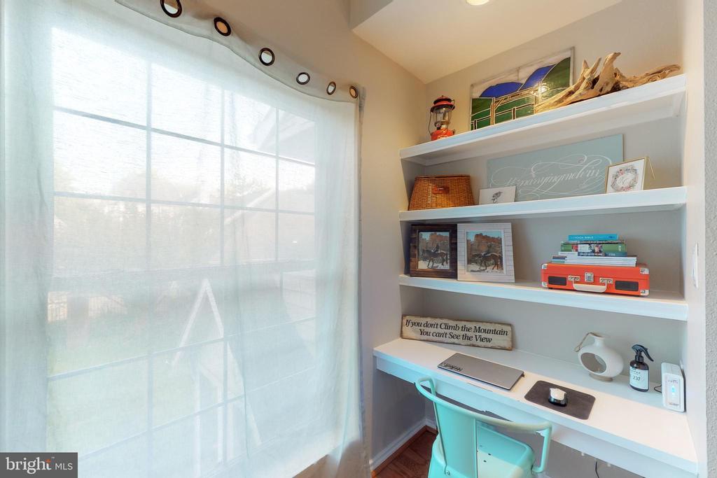 Built-in desk / shelving - 3903 PENDERVIEW DR #1526, FAIRFAX