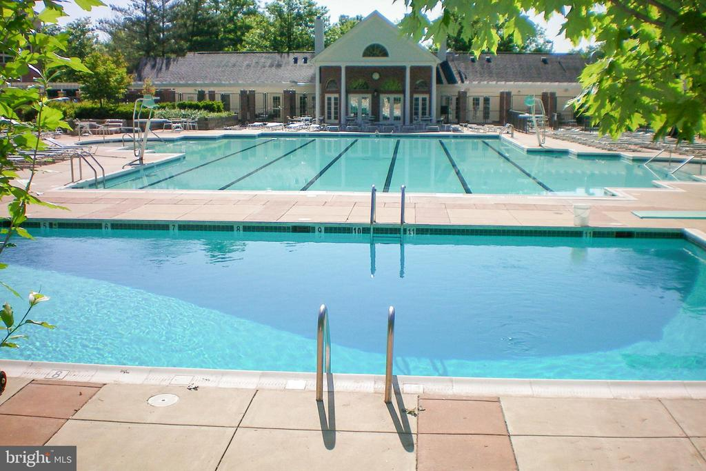 Larger Penderbrook pool (condo has access) - 3903 PENDERVIEW DR #1526, FAIRFAX