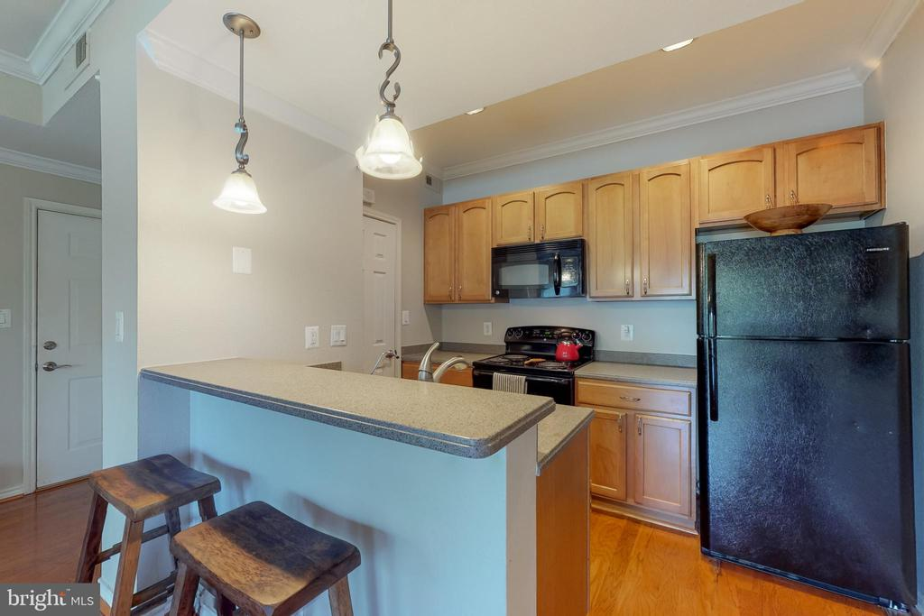 Kitchen with breakfast bar - 3903 PENDERVIEW DR #1526, FAIRFAX