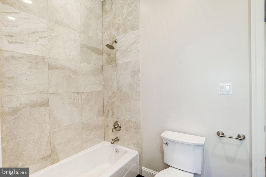 Main level guest suite bath - 120 KINGSLEY RD SW, VIENNA
