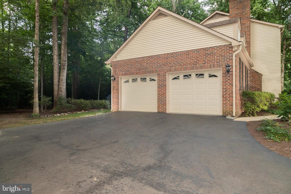 Side entrance garage with ample parking - 7100 LAKETREE DR, FAIRFAX STATION