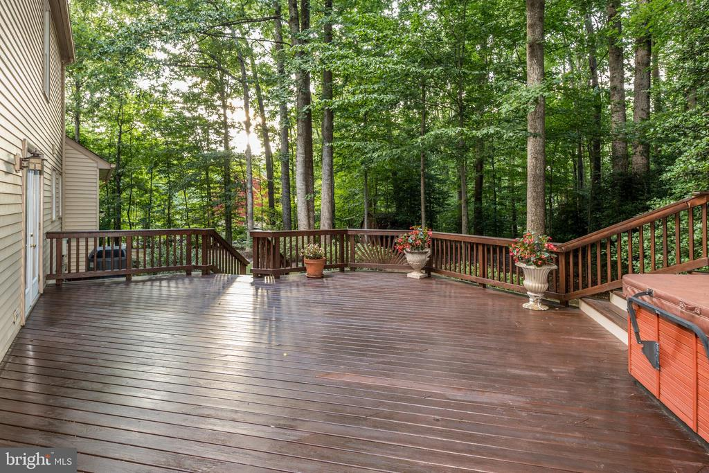 Spacious deck, hot-tub & large open spaces! - 7100 LAKETREE DR, FAIRFAX STATION