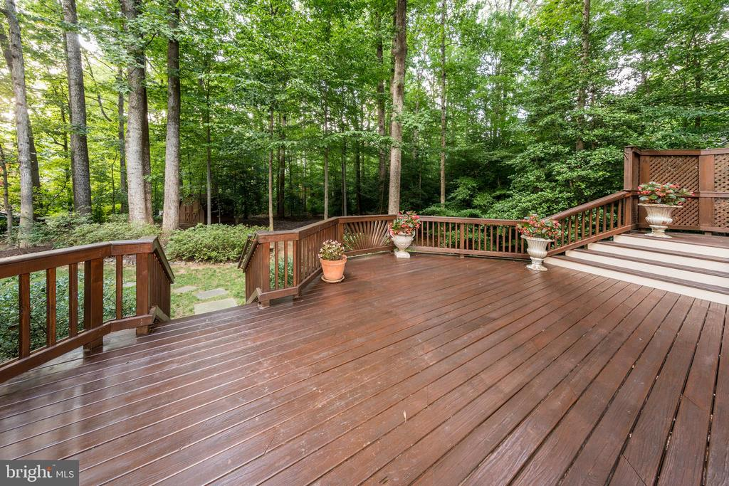 Deck peers out into private backyard - 7100 LAKETREE DR, FAIRFAX STATION