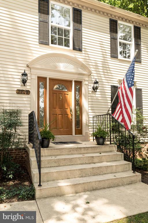 A lovely entrance into your home. - 7100 LAKETREE DR, FAIRFAX STATION