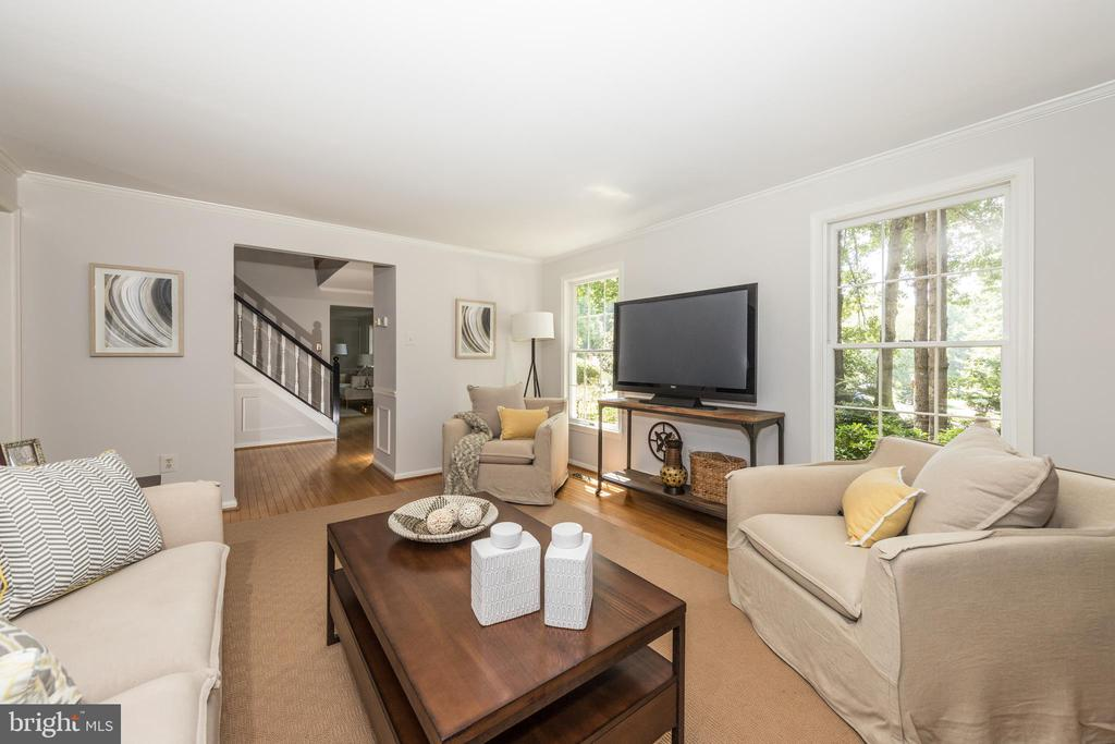 Beautiful Family Room opens to  the kitchen & nook - 7100 LAKETREE DR, FAIRFAX STATION