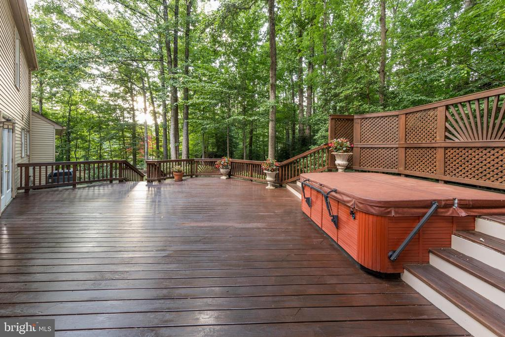 Spacious deck with hottub - 7100 LAKETREE DR, FAIRFAX STATION