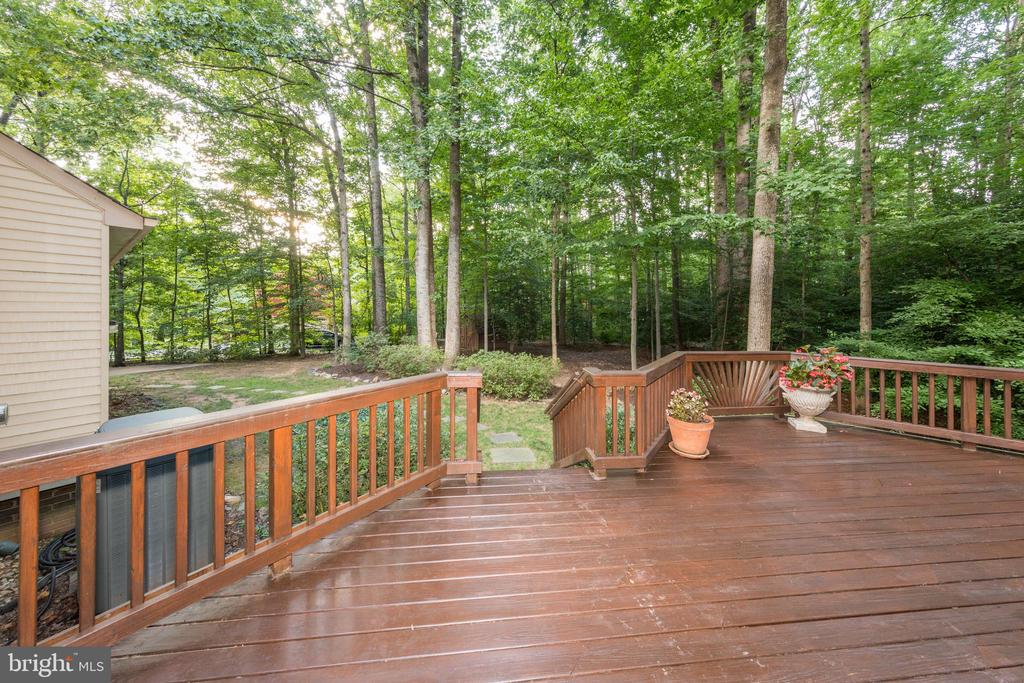 Deck is well-maintained & very private. - 7100 LAKETREE DR, FAIRFAX STATION