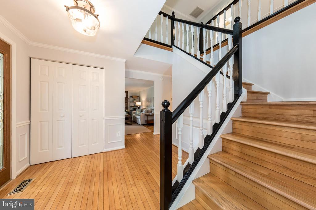 Open staircase upstairs - 7100 LAKETREE DR, FAIRFAX STATION
