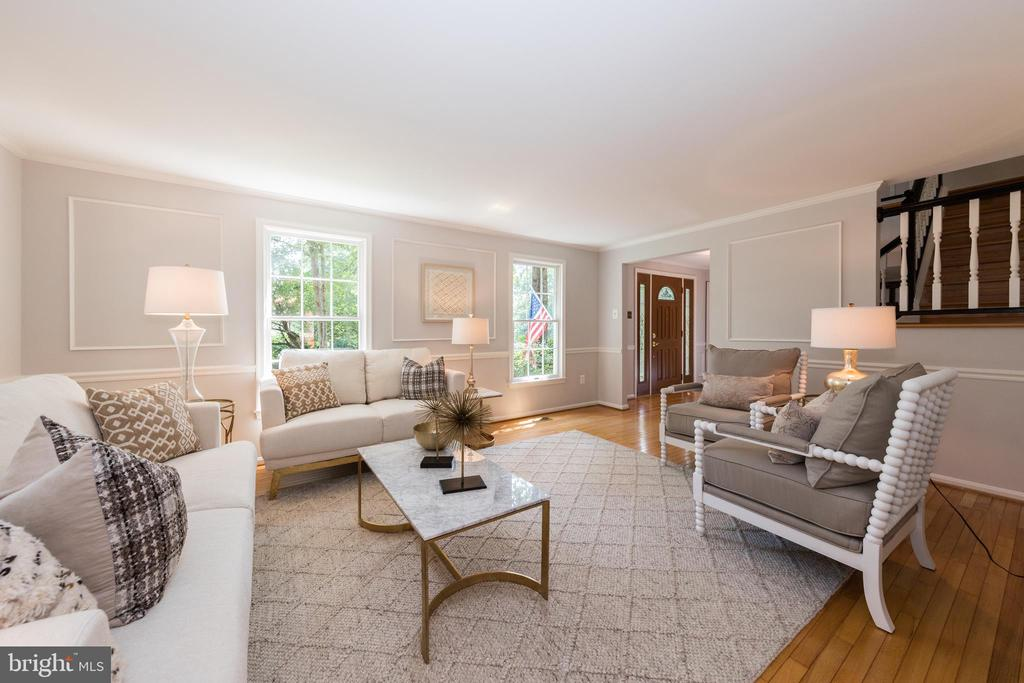 Large sunny Living Room - 7100 LAKETREE DR, FAIRFAX STATION