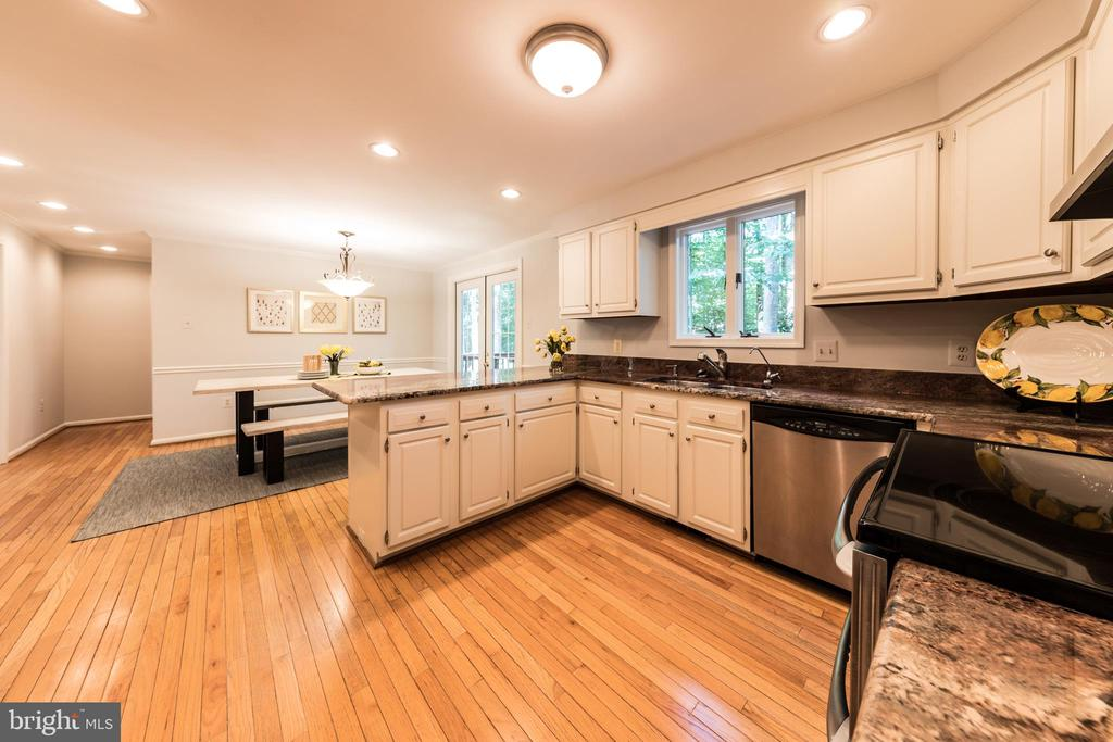 Stainless steel appliances & loads of cabinetry - 7100 LAKETREE DR, FAIRFAX STATION