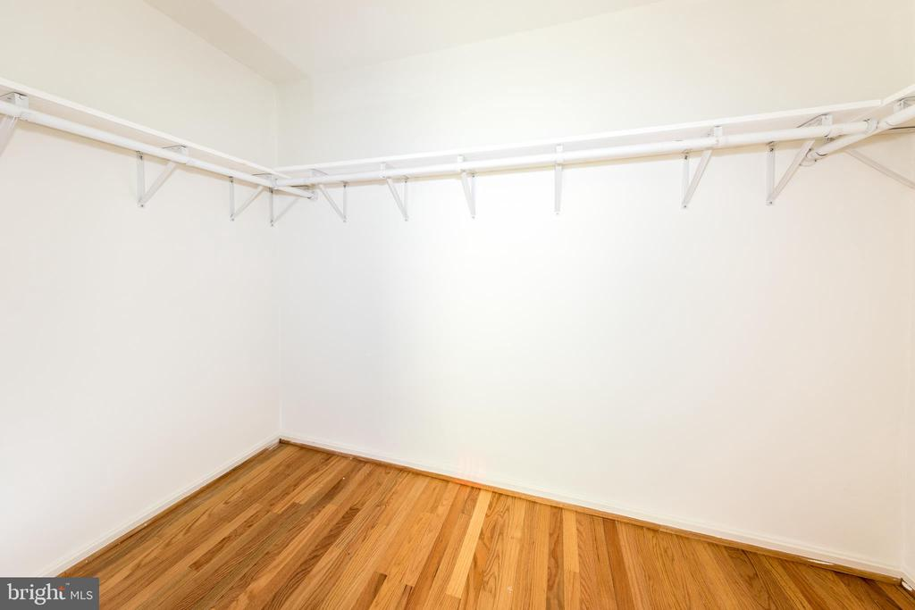 Large master walk-in closet - 7100 LAKETREE DR, FAIRFAX STATION