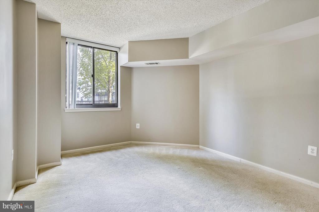 Roomy, Light Filled Bedroom - 1001 N RANDOLPH ST #107, ARLINGTON