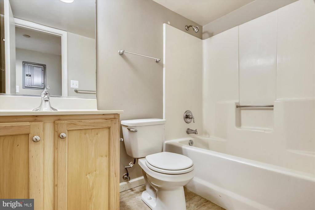 Full Bath - 1001 N RANDOLPH ST #107, ARLINGTON
