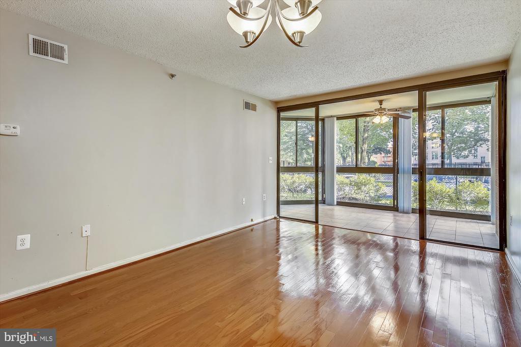 Living/Dining features Hardwoods & Large Windows - 1001 N RANDOLPH ST #107, ARLINGTON