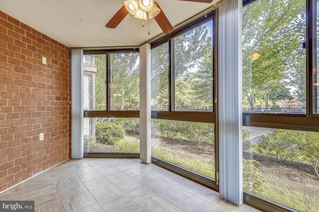 Walls of Glass Bring the Outdoors In - 1001 N RANDOLPH ST #107, ARLINGTON