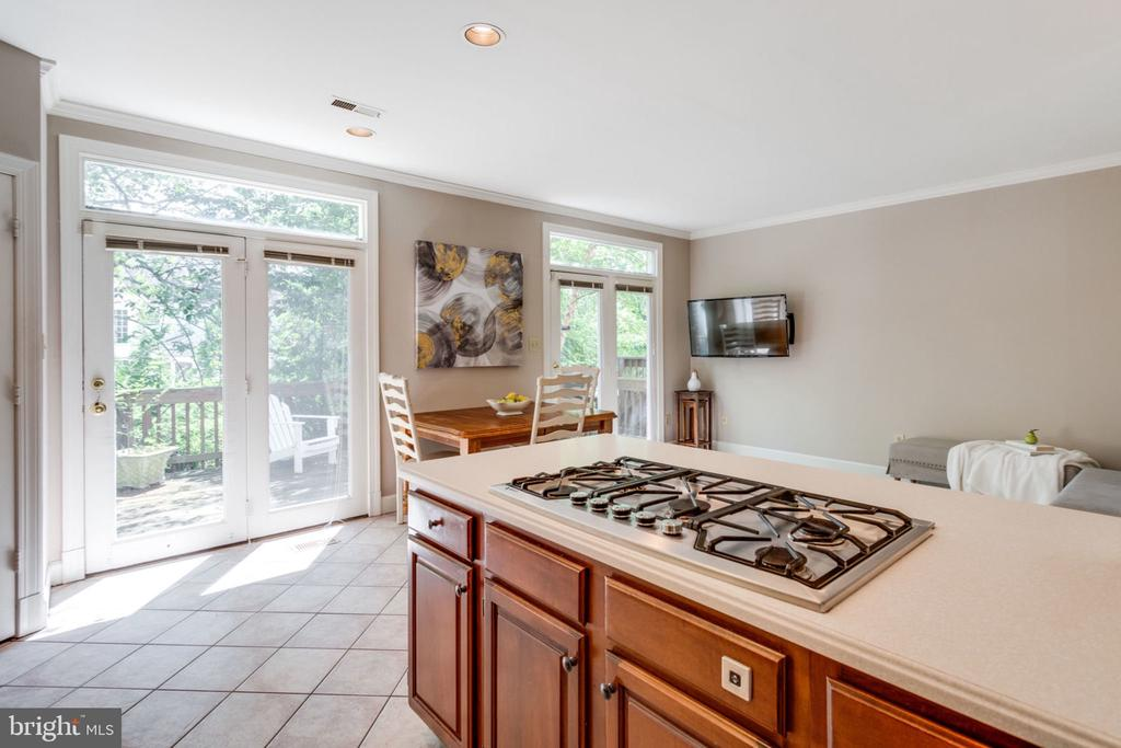 Enjoy cooking on 5-burner gas cooktop - 8178 MADRILLON CT, VIENNA