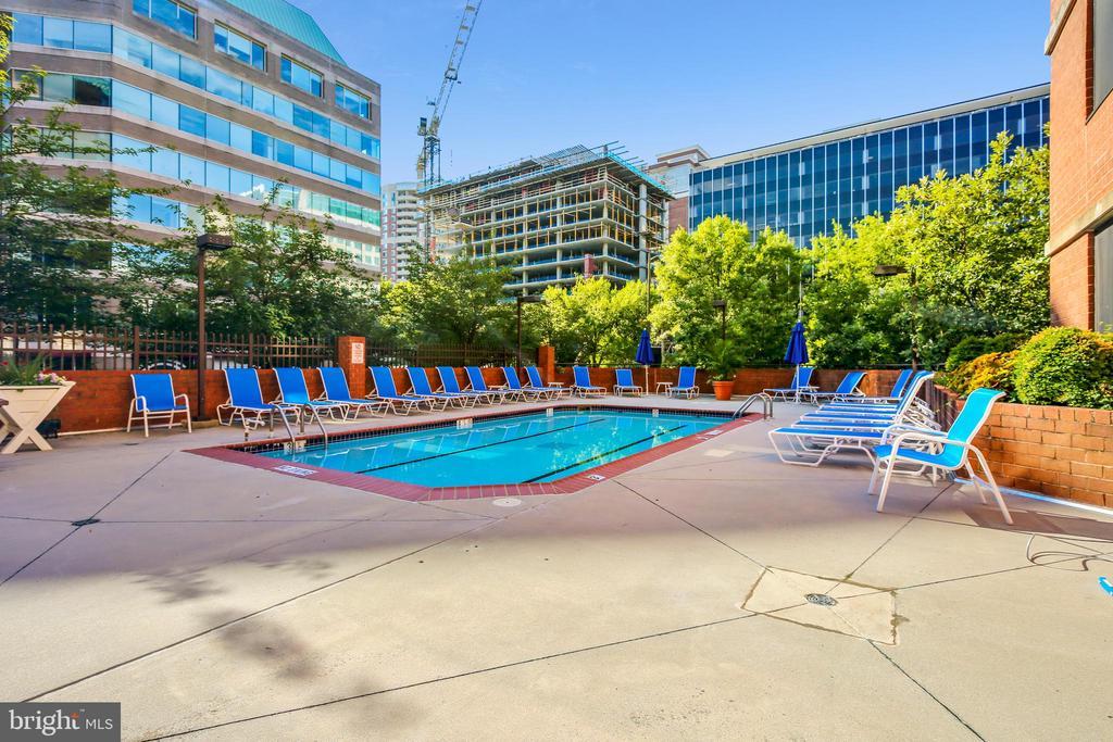 Enjoy the Outdoor Pool - 1001 N RANDOLPH ST #107, ARLINGTON