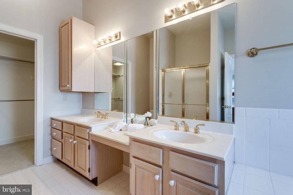 Double sinks & walk-in closets - 8178 MADRILLON CT, VIENNA