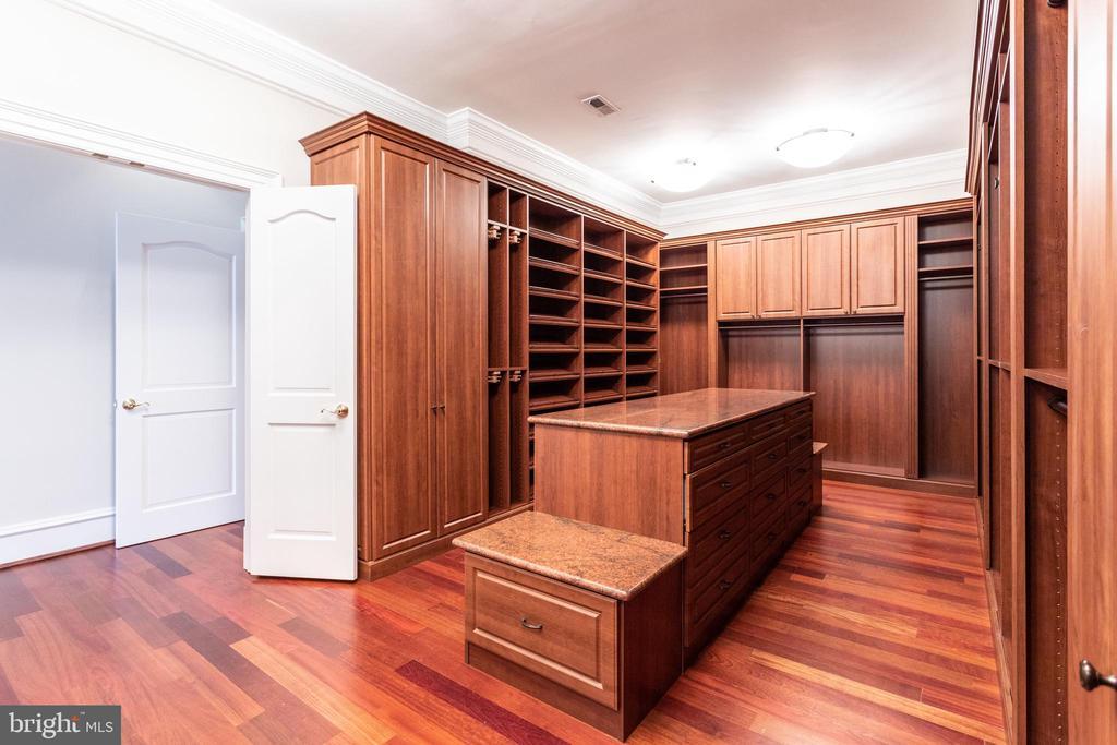 Master Closet - 7020 BENJAMIN ST, MCLEAN