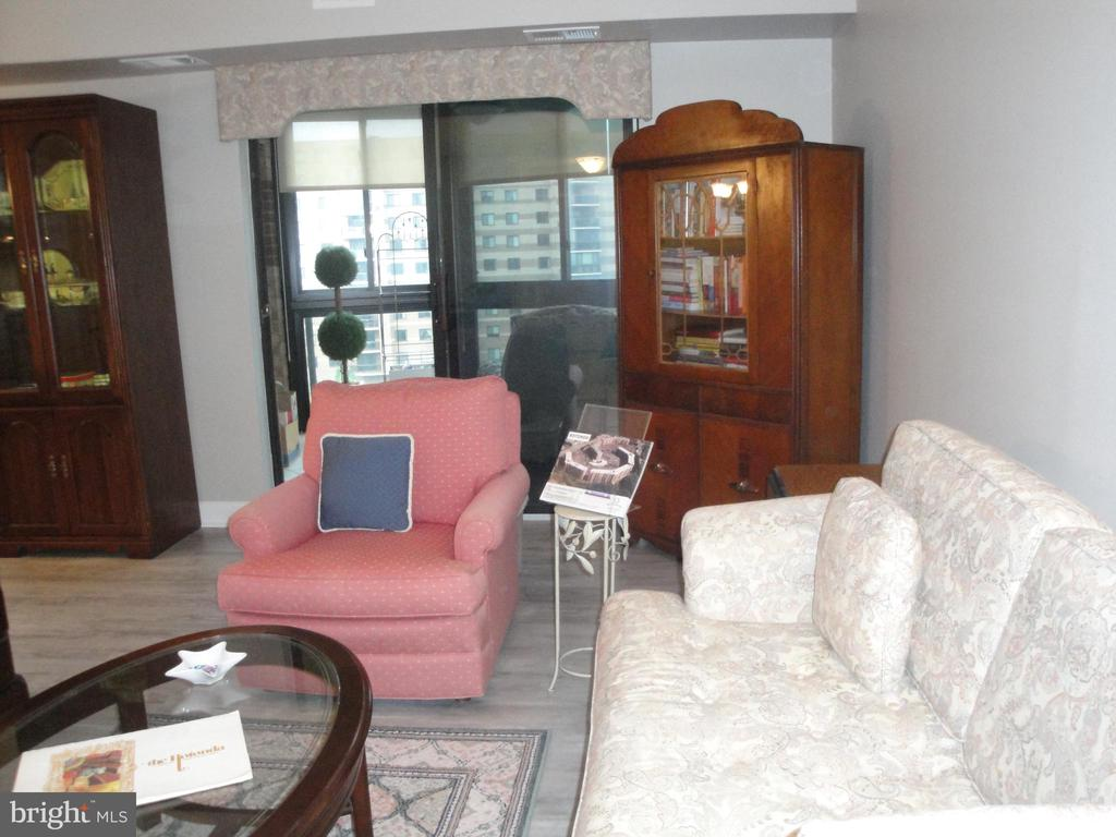 Living Room w/ Access to Sun Room - 8380 GREENSBORO DR #721, MCLEAN