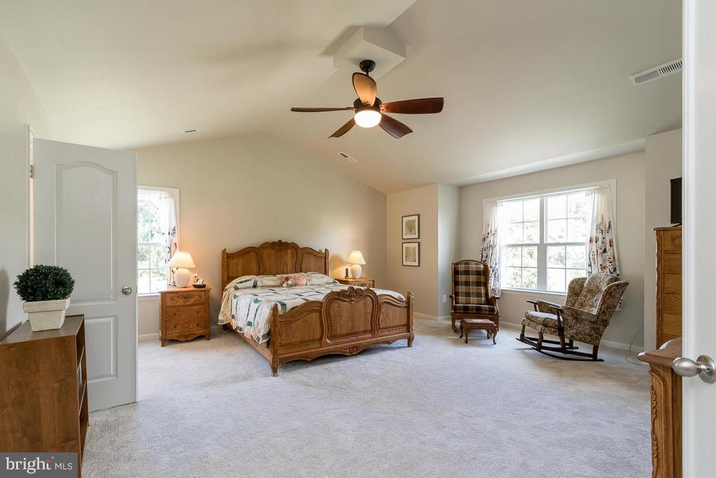 Spacious Master Bedroom with Sitting Area - 8637 CHANGING LEAF TER, BRISTOW