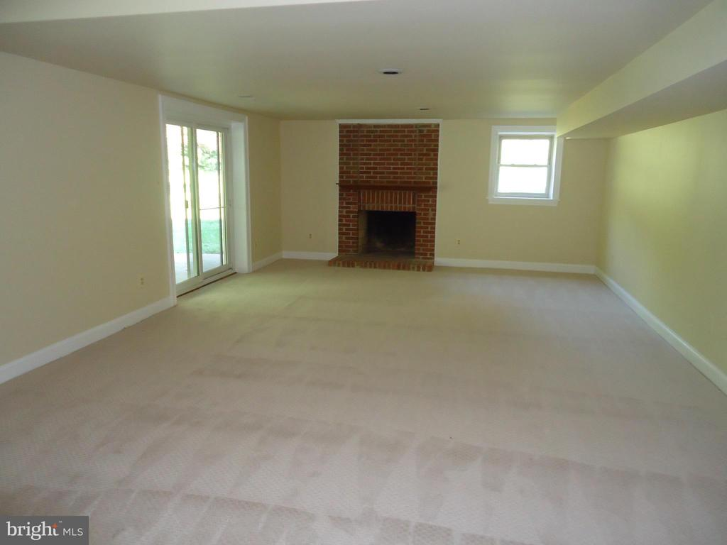 Great room with fireplace fore recreation - 13426 CAVALIER WOODS DR, CLIFTON