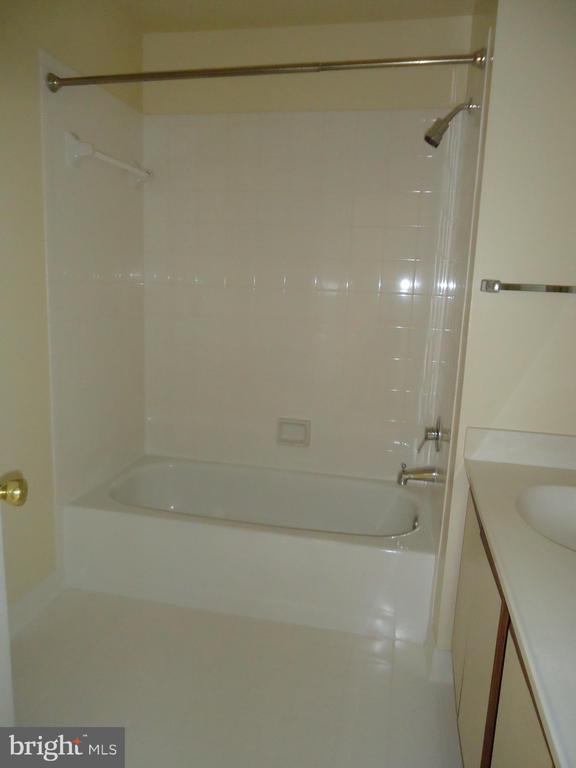 Hallway bath - 13426 CAVALIER WOODS DR, CLIFTON