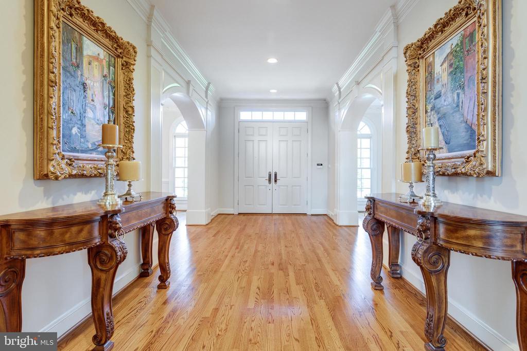 Spacious Foyer to double front doors - 7787 GLENHAVEN CT, MCLEAN