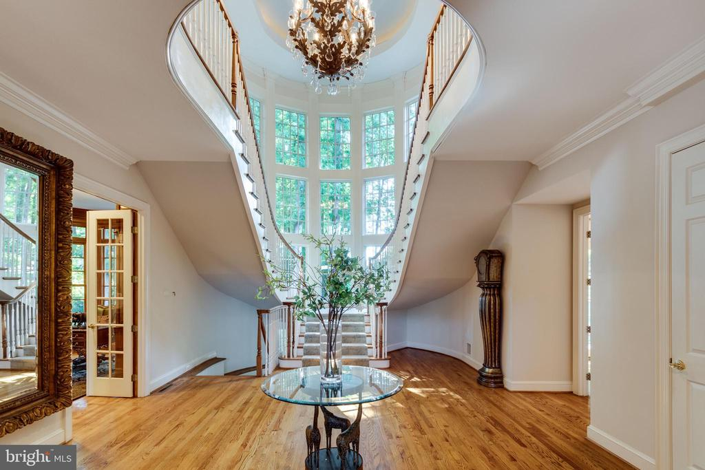 Grand staircase as you enter the foyer - 7787 GLENHAVEN CT, MCLEAN