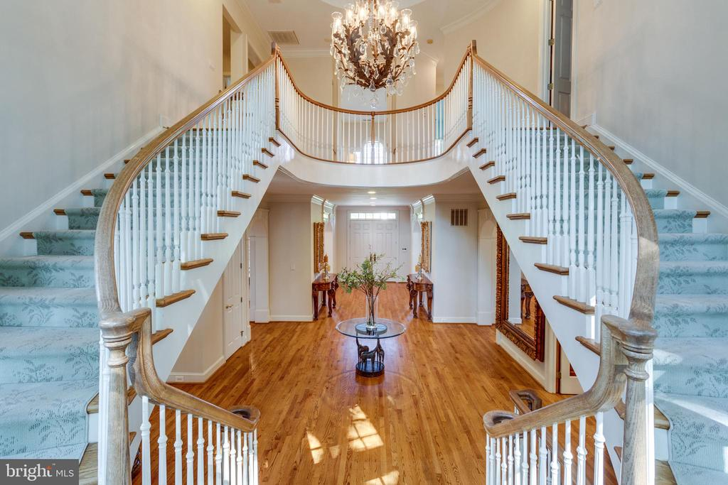 Double staircase leading to upper level - 7787 GLENHAVEN CT, MCLEAN