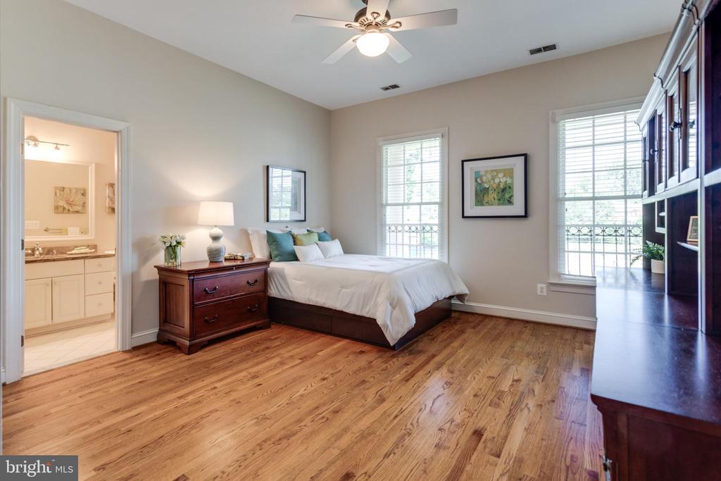 Bedroom with en suite - 7787 GLENHAVEN CT, MCLEAN