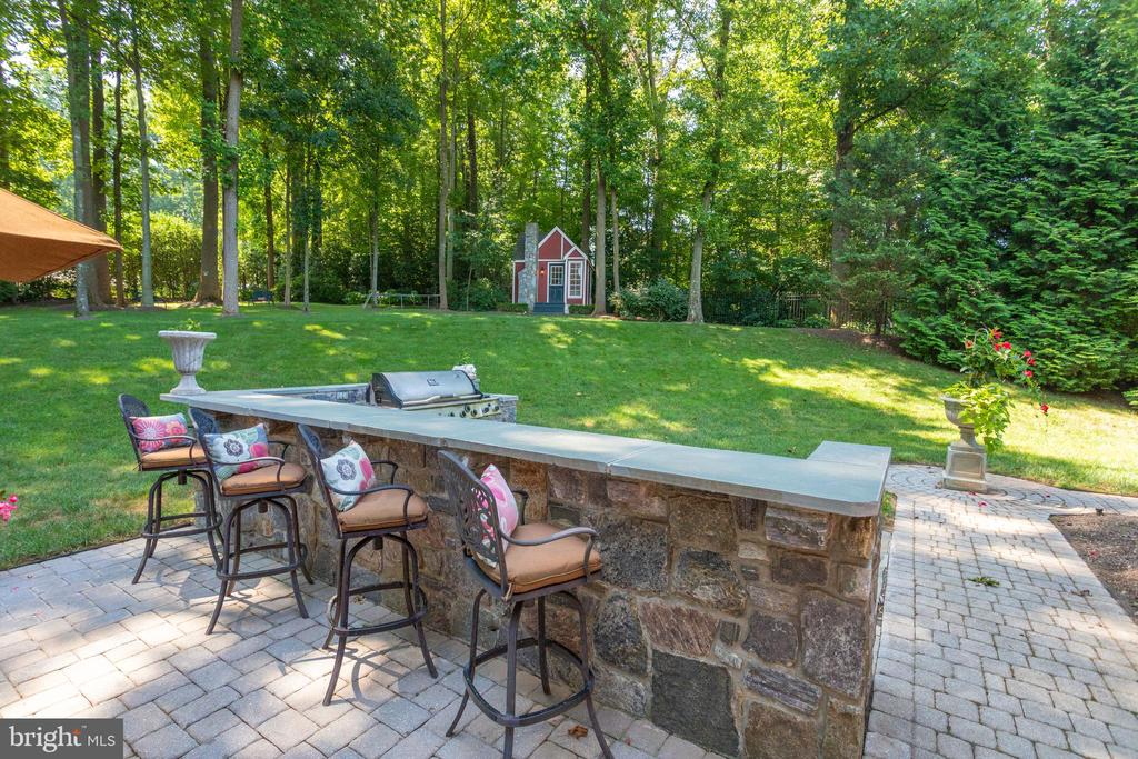 Patio with built-in stone grilling area - 7787 GLENHAVEN CT, MCLEAN