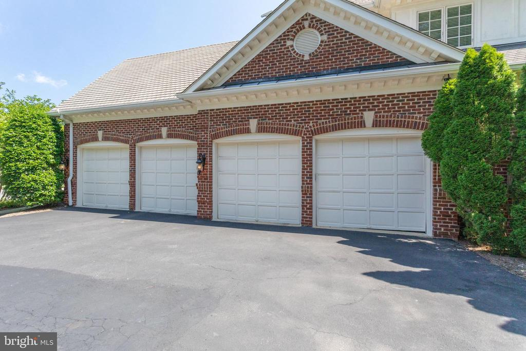 4 car garage w/power outlets at each oversized bay - 7787 GLENHAVEN CT, MCLEAN