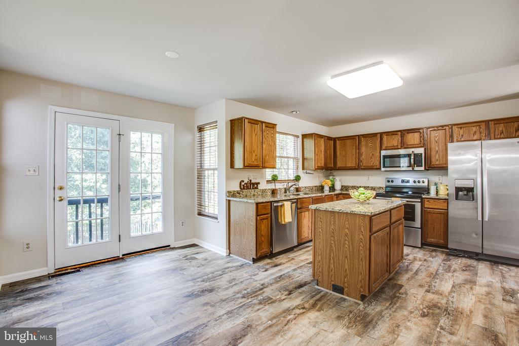 Kitchen with granite counters - 8 JONQUIL PL, STAFFORD