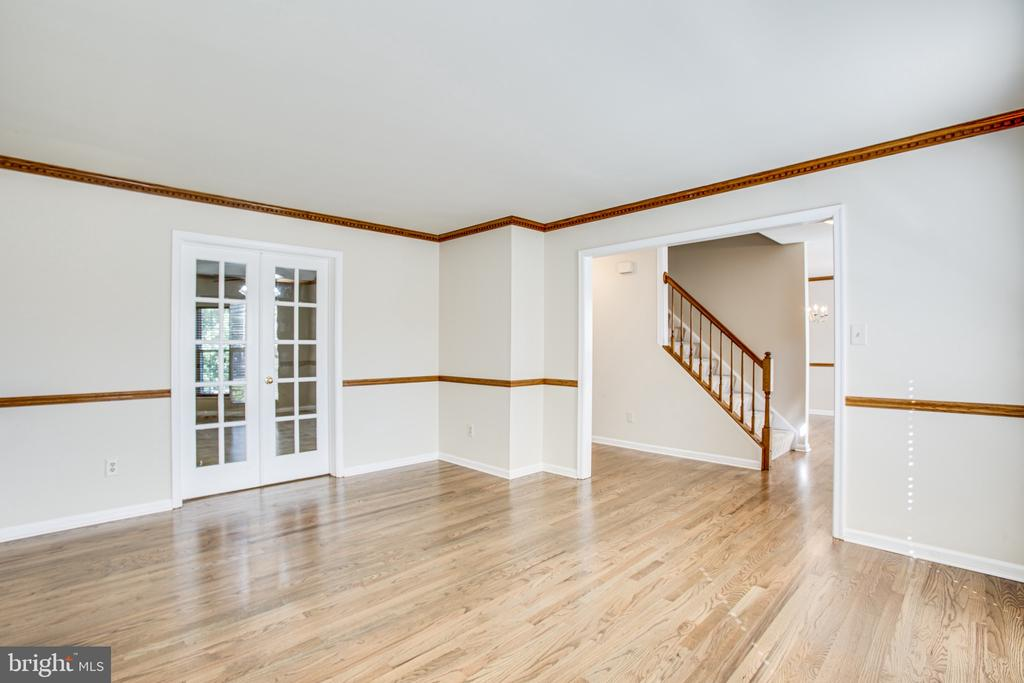 Beautiful refinished hardwoods in living room - 8 JONQUIL PL, STAFFORD