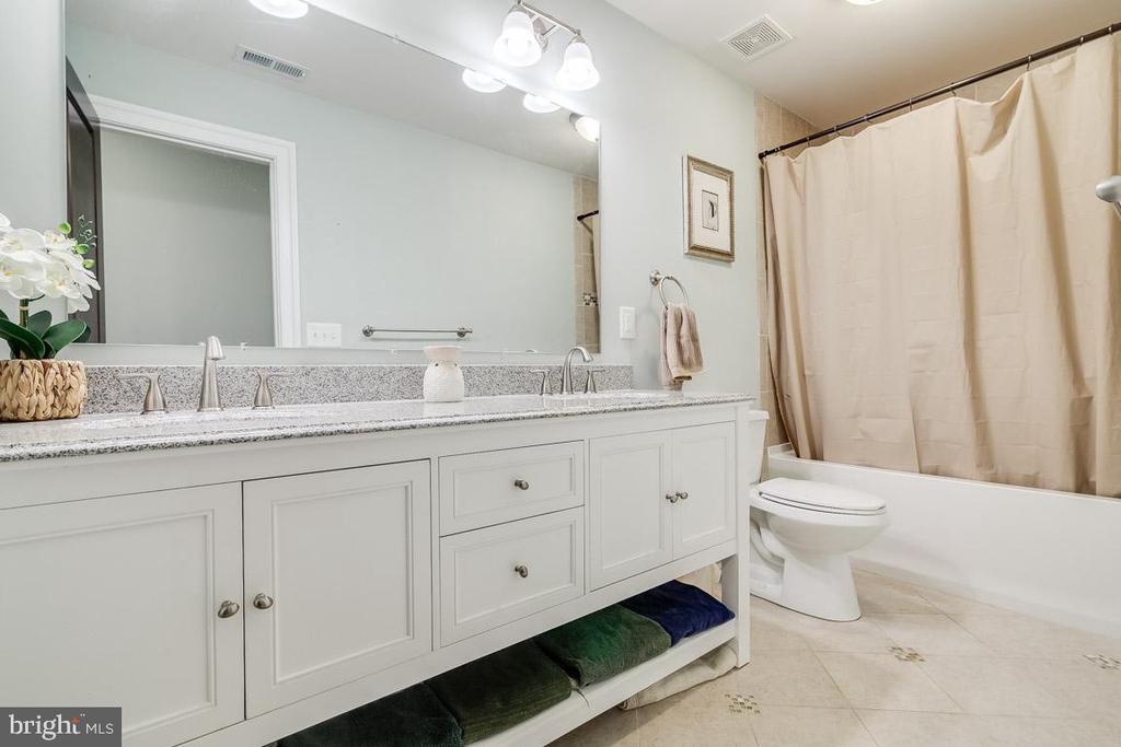 Hall Bath with Double Vanities - 838 HARTWOOD RD, FREDERICKSBURG